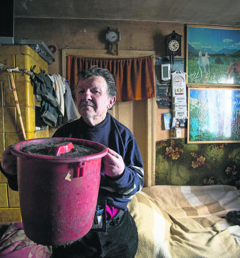 Mieszka w centrum Słupska. Od 40 lat załatwia się do wiaderka