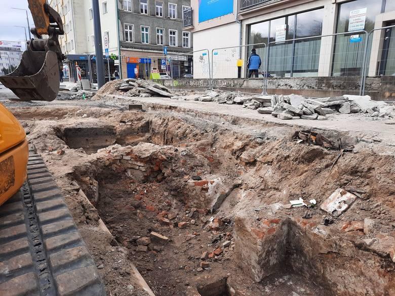 Między Pocztową a Strzelecką są pozostałości po XIX-wiecznych kamienicach.