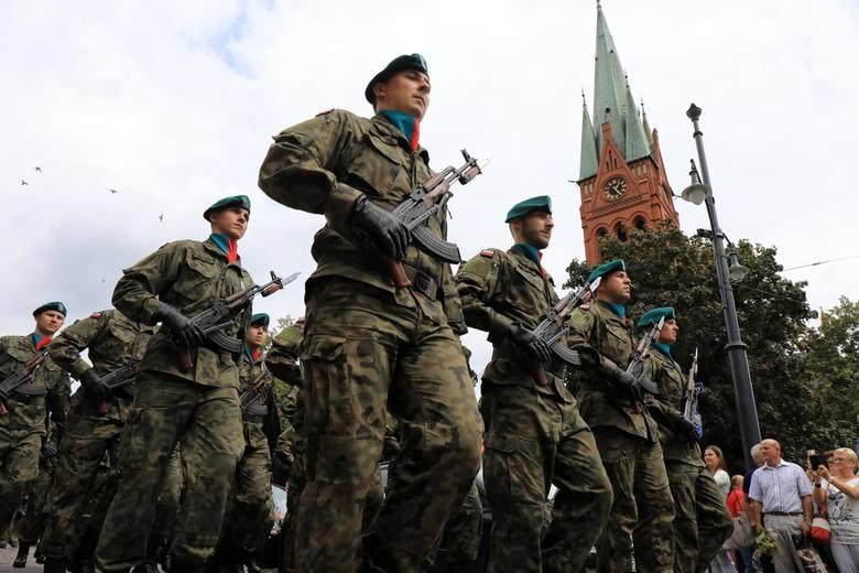 W związku z epidemią koronawirusa kwalifikacje kandydatów do zawodowej służby wojskowej zostały odwołane - czytamy na stronie internetowej Wojskowej