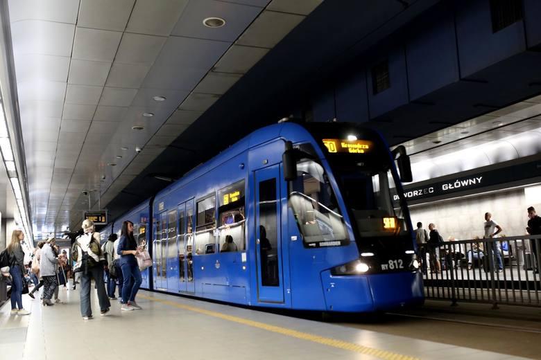 Kraków. Transport w centrum na granicy wytrzymałości. Tramwaje mogą wrócić na Rynek Główny, ale w tunelach. Ważne słowa eksperta
