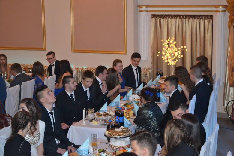 Studniówka uczniów II Liceum Ogólnokształcącego im. Emilii Plater w Sosnowcu rozpoczęła się tradycyjnym polonezem