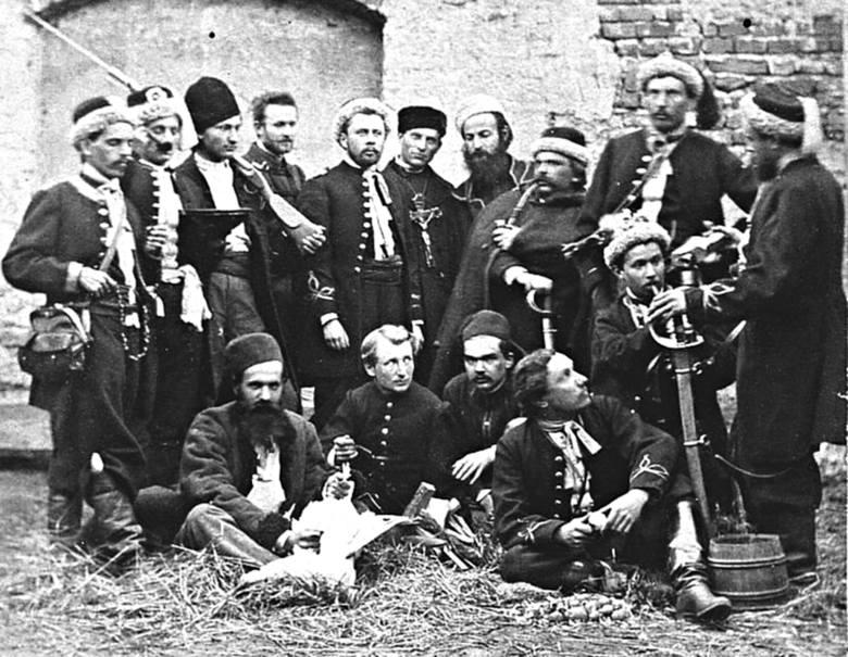 Żuawi śmierci pozują Waleremu Rzewuskiemu do zdjęcia w klasztorze na Świętym Krzyżu. Rok 1863.
