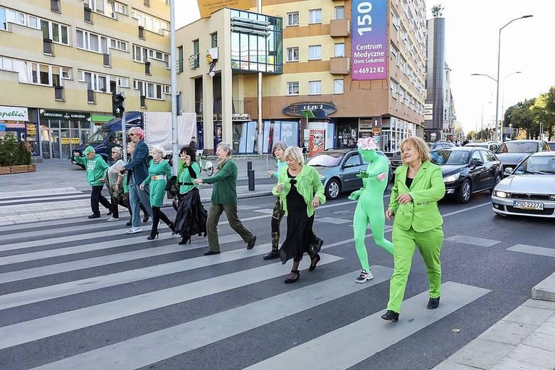 Seniorzy ubrani na zielono tańczyli na ulicach Szczecina