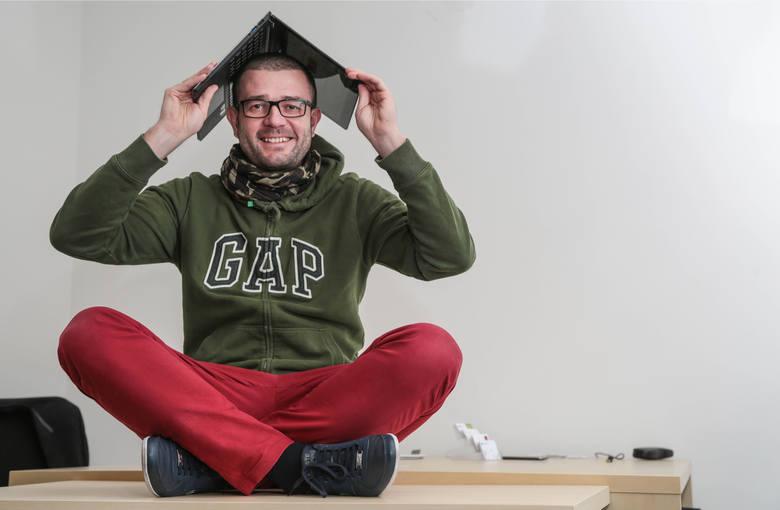 Grzegorz Błażewicz w swoim biurze sześć lat temu, w dwa lata po założeniu firmy.