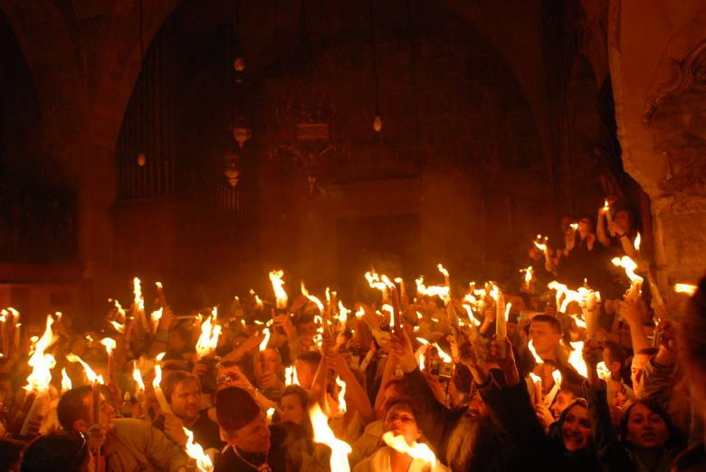 Cud Świętego Ognia. Błękitne światło rozjaśnia ciemność
