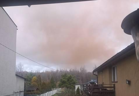 Rdzawe dymy pojawiły sie w piątek nad Dąbrową Górniczą. To efekt awarii wielkiego pieca.