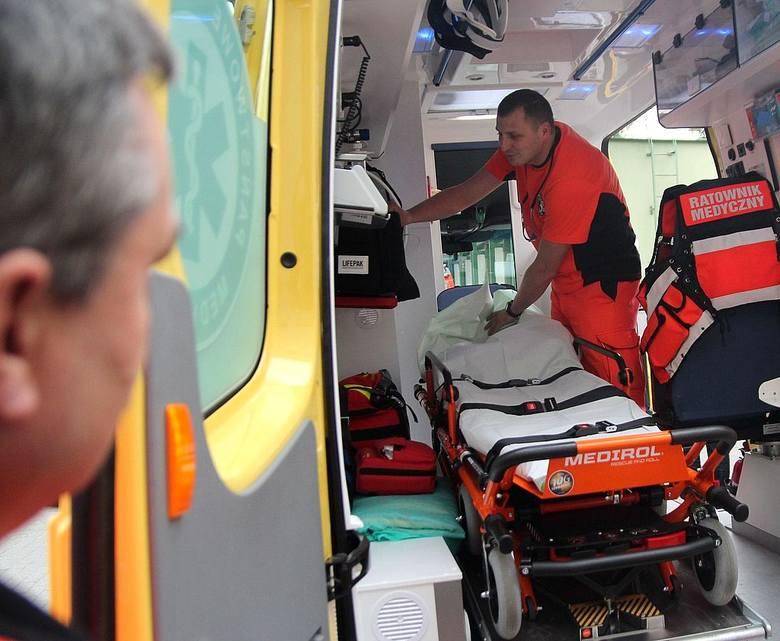 Ratownik Przemysław Kożan sprawdza wyposażenie ambulansu