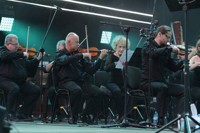 Scenozstąpienie na Stadionie Śląskim: Miuosh, Jimek, Smolik, zespół Śląsk, orkiestra NOSPR i goście wystąpili w Chorzowie