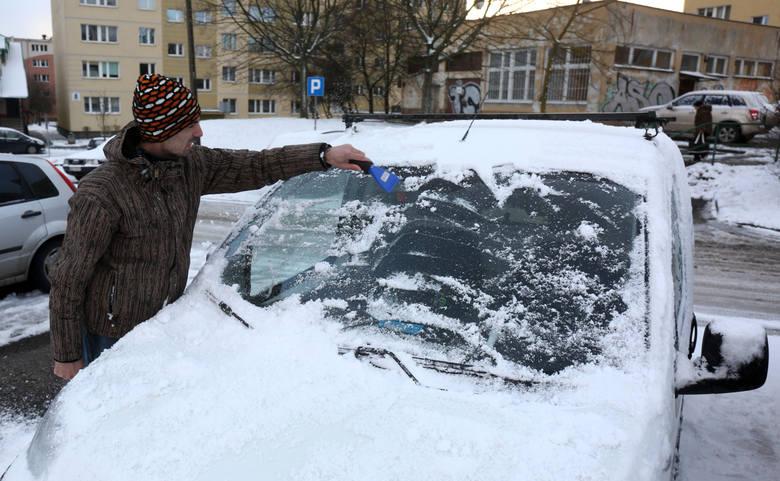 Mandat za skrobanie i odśnieżanie samochodu na włączonym silniku. Ile kary zapłacimy za zaśnieżone i zmrożone auto? [taryfikator mandatów]