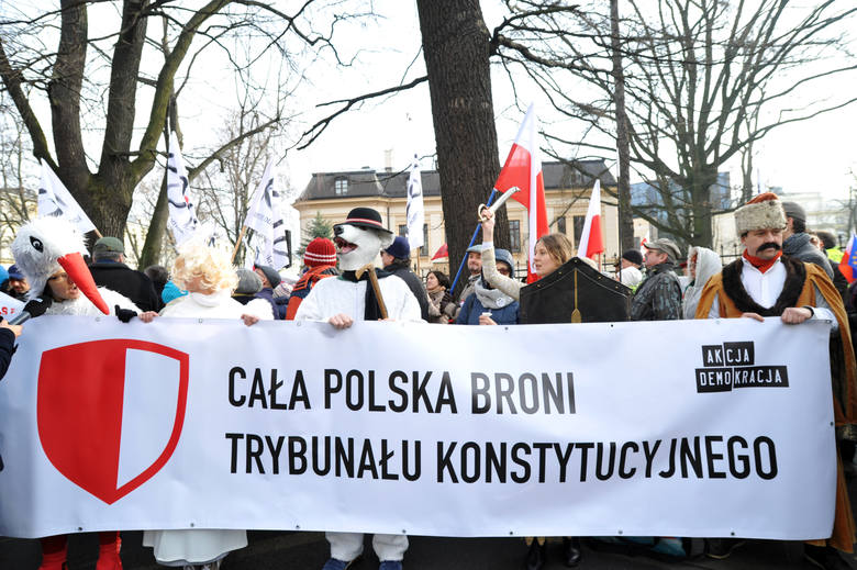 Manifestacja KOD przed Trybunałem Konstytucyjnym. Wniosek o odroczenie rozprawy odrzucony [ZDJĘCIA]