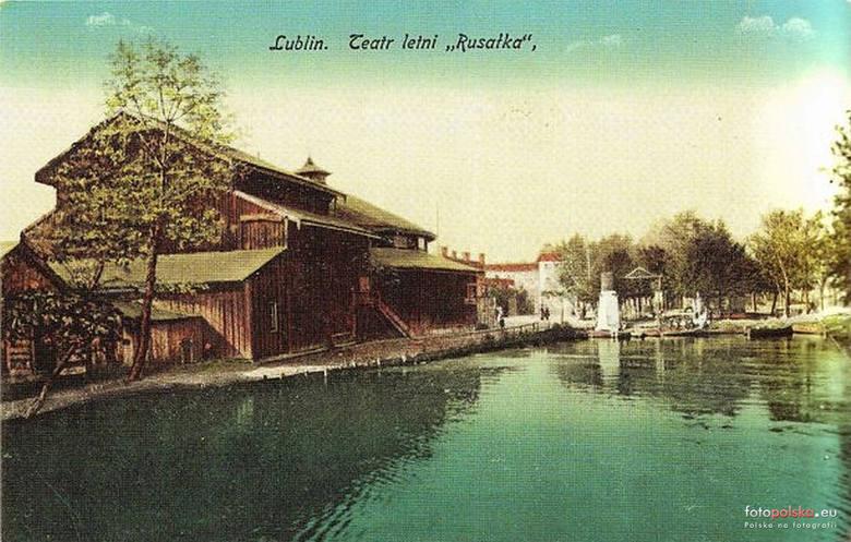 """Letni kinoteatr """"Rusałka"""" - drewniany budynek otoczony wodą powstał w miejscu dzisiejszych terenów położonych między ul. Bulwarową 4 i 4a a rzeką Bystrzycą."""