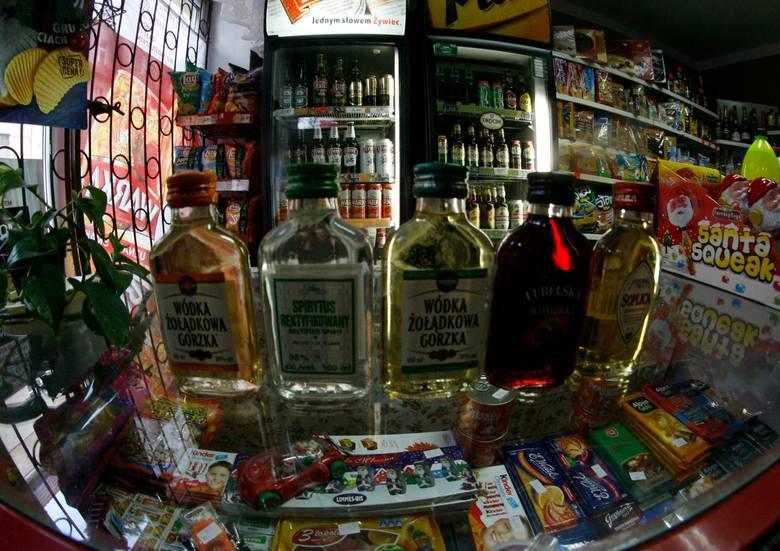 """W sklepie stacjonarnym alkohol jest """"produktem pierwszej potrzeby"""", sklepy mogą być czynne przez okrągłą dobę. W sklepie internetowym"""