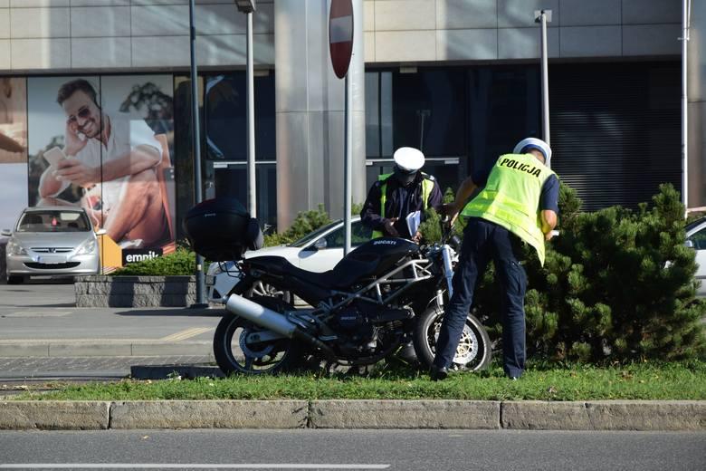 Policjanci pracują na miejscu wypadku, do którego doszło w czwartek na wysokości Galerii Rzeszów.Informację otrzymaliśmy od pani Beaty, czytelniczki