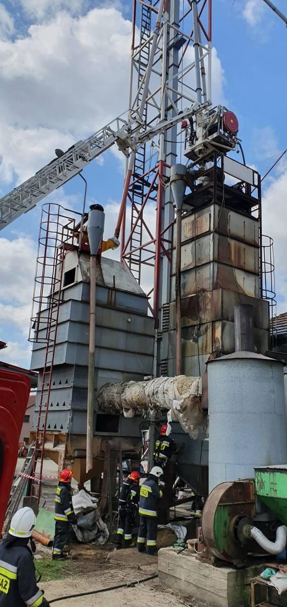 Pożarem objęte było około 17 ton rzepaku znajdującego się w silosie połączonym z piecem suszarni.