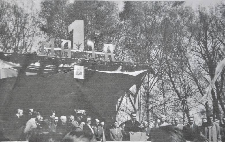 Do lat 60. XX wieku trybuna honorowa była ulokowana na scenie w parku miejskim