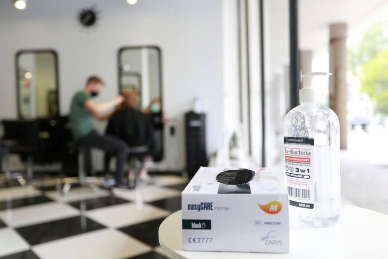 Za wizytą u fryzjera tęskniliśmy bardziej niż za knajpami, kinem i wycieczkami. Na tę przyjemność możesz jednak jeszcze długo poczekać