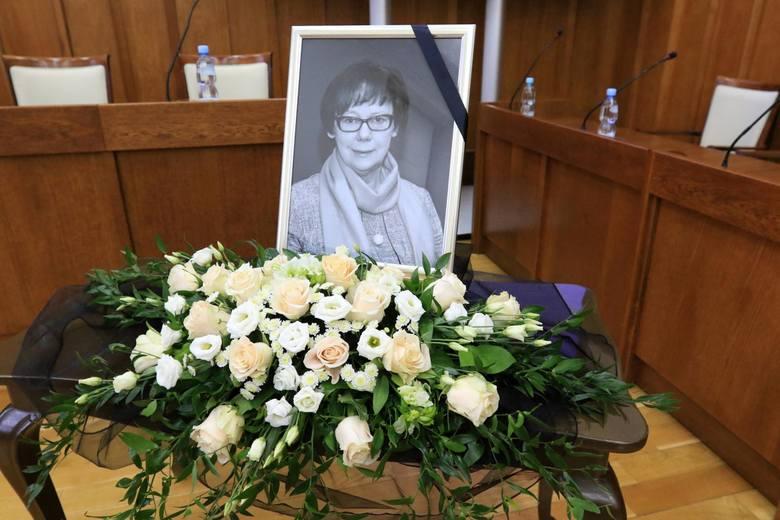 W sali Urzędu Marszałkowskiego w Toruniu odbyła się dziś nadzwyczajna sesja sejmiku województwa. Odznakę Honorową za zasługi dla regionu otrzymała śp.