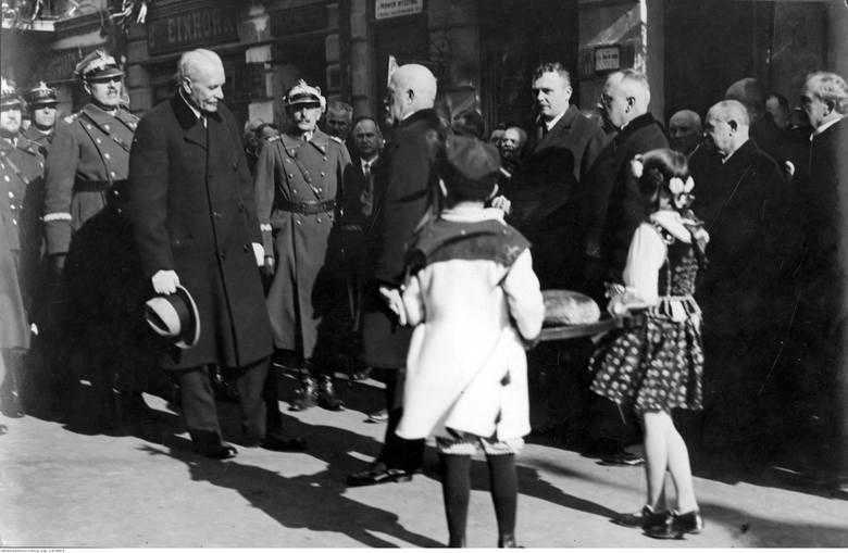Powitanie prezydenta RP Ignacego Mościckiego przez przedstawicieli władz miejskich i dzieci.