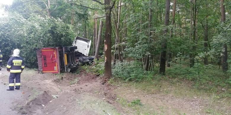 Dziś (14 sierpnia) wczesnym rankiem na drodze wojewódzkiej w Antoniewie (gmina Łabiszyn) doszło do wypadku.- Na miejscu druhowie zastali rozbite auto