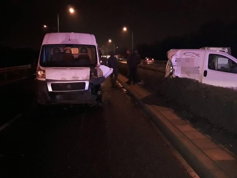 Według wstępnych ustaleń kierowca audi uderzył w citroena, który zatrzymał się z powodu awarii, a następnie w busa marki Fiat. Zepchniety przez audi