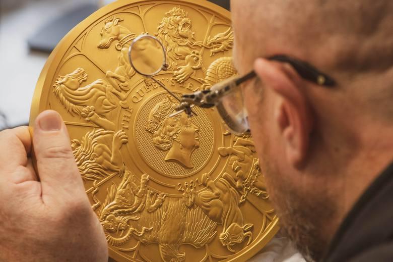 """Londyn: Mennica Królewska stworzyła 10-kilogramową złotą monetę w hołdzie """"Bestiom Królowej"""""""