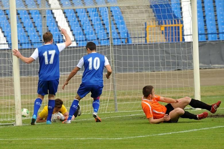 Piłkarze Stali Rzeszów pokonali 3-2 Concordię Elbląg i odnieśli długo wyczekiwane zwycięstwo, choć przez większość spotkania grali w dziesiątkę.