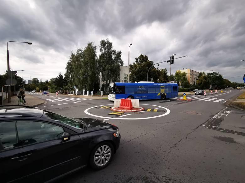 Jak twierdzi MZD, przejazd przez minirondo na ul. Legionów nie sprawia kłopotów kierowcom autobusów