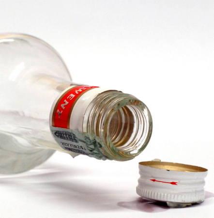 Matka piła alkohol ze swoim konkubentem. W pewnym momencie podeszła do łóżeczka, wyjęła z niego dziecko i wystawiła je przez okno.