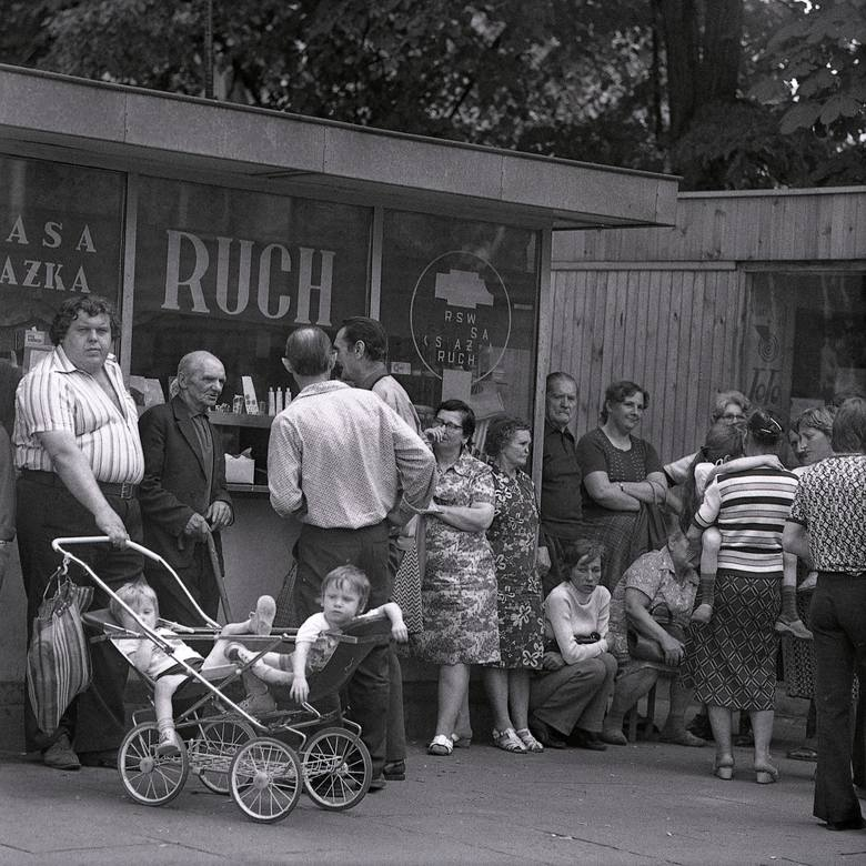 """Lata 80. były burzliwym okresem nie tylko w historii Łodzi. Najpierw trwał karnawał """"Solidarności"""", później wprowadzono stan wojenny.  Większość towarów"""