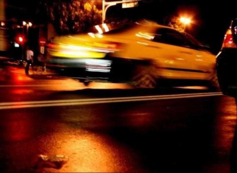 Mieszkaniec Bydgoszczy ukradł taksówkę i rozbił ją na miejskiej latarni.