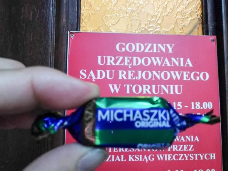 Cukrzyk stanął przed sądem w Toruniu oskarżony o kradzież cukierka wartego 20 gr w Biedronce. Ukarania go domagał się Komisariat Policji Toruń Śródmieście.