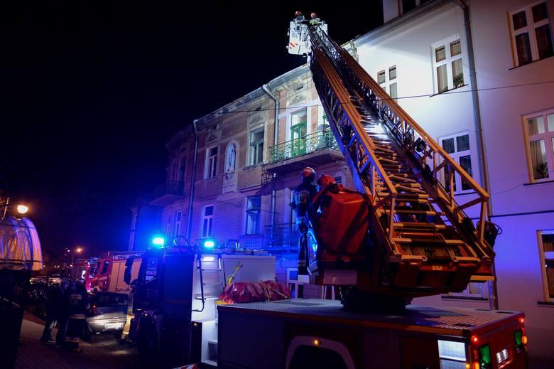 Trzy zastępy strażaków w tym drabinach mechaniczna wyjechały w sobotę do pożaru na ul. Sienkiewicza w Przemyślu. Z jednego z mieszkań w kamienicy wydobywałsiędym.