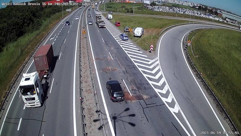 Zderzenie pięciu pojazdów na drodze S6 w Kowalach w poniedziałek, 14.06.2021 r.