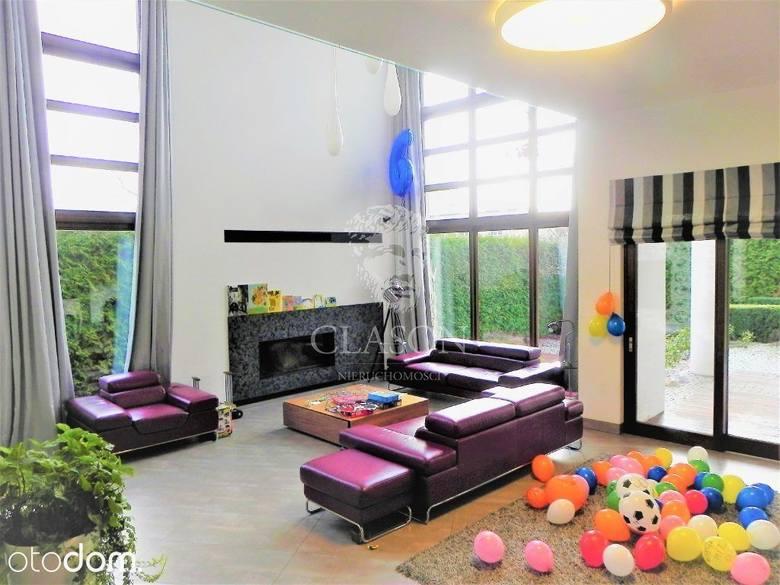Ekskluzywny dom o powierzchni 580 m². 6 pokoi, przestronne, funkcjonalne pomieszczenia.Wyjątkowy indywidualny projekt.W domu znajdują się, m.in.,:Wiatrołap