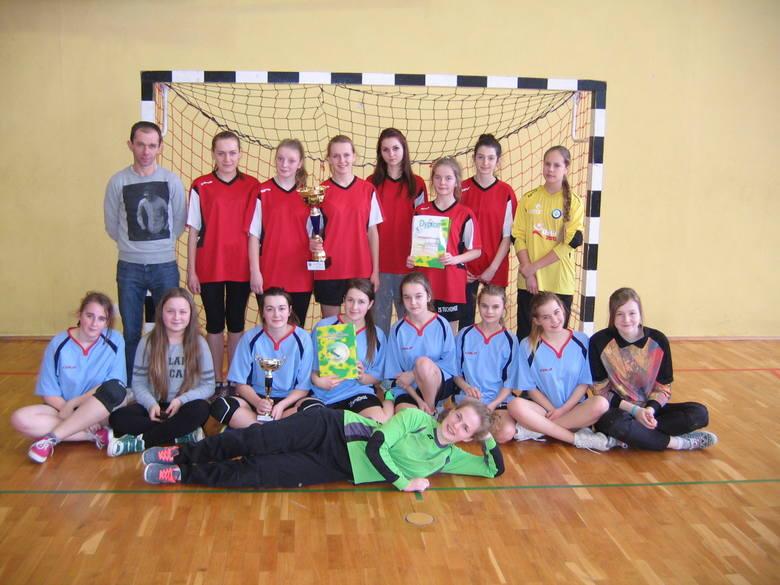 Zwycięska drużyna w turnieju piłki ręcznej - Gimnazjum w Tuchomiu
