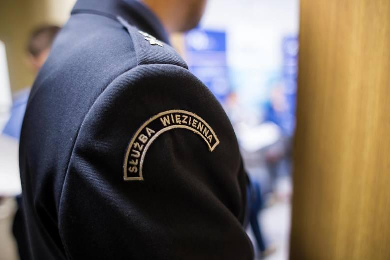 Średnie zarobki pracowników służby więziennej to 5,651 zł.POLECAMYZarobki w wojsku 2018. Ile zarabia żołnierz zawodowy? Jakie dodatki specjalne mu przysługują?Zobacz