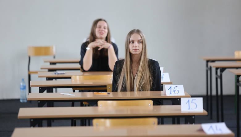 Gimnazjalne ławki wkrótce zupełnie opustoszeją (zdjęcie ilustracyjne)