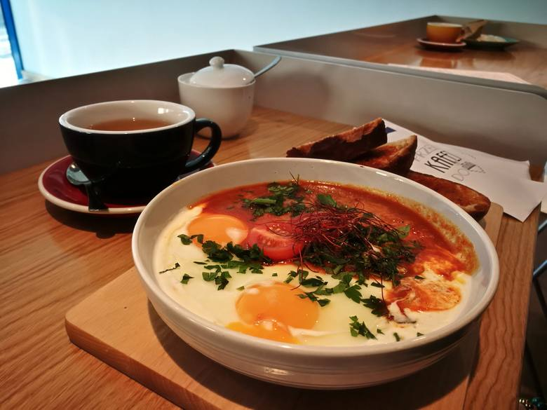 Kafej, Chorzowska 5, na zdjęciu Jajka w niebie. W menu: śniadania, lunche, kawa i napoje.Ceny śniadania - od 17 do 25 zł (bez napoi, za to jest tu do