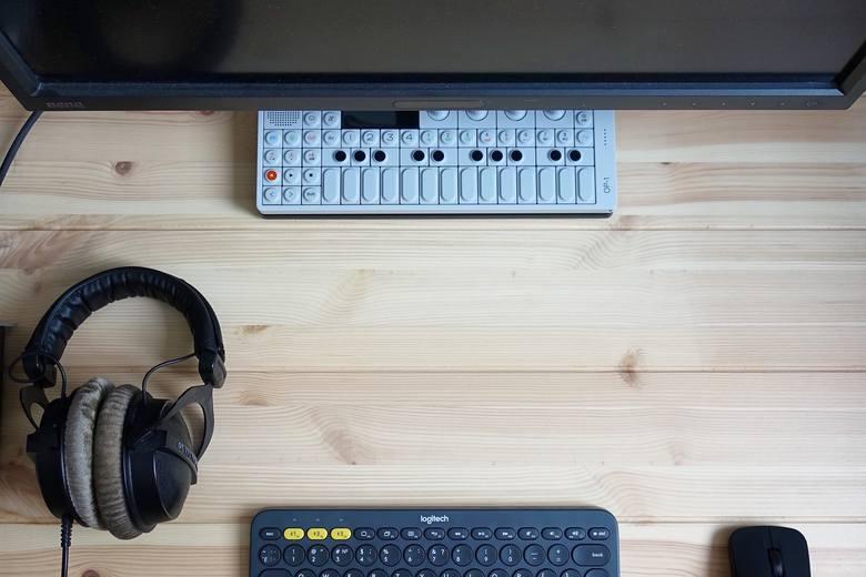 StreamYard to narzędzie do streamingu. Dzięki niemu można zrobić transmisję na żywo na Facebooku, LinkedIn czy kanale YouTube. Dzięki temu rozwiązaniu