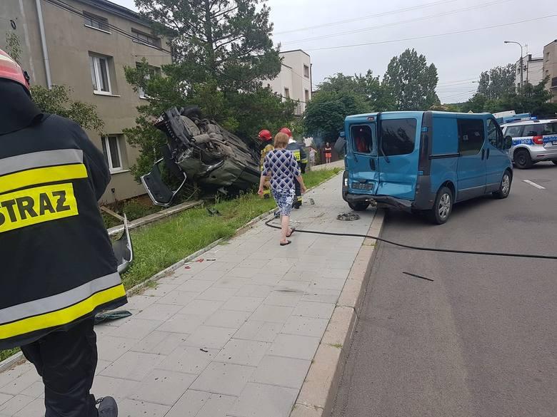 Dachowanie na ul. Włościańskiej w Białymstoku. Na szczęście nikomu nic się nie stało.