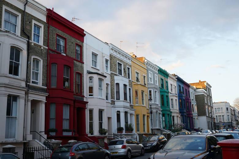 Tytuł filmu Notting Hill pochodzi od nazwy londyńskiej dzielnicy. To właśnie tam, po ulicy Portobello Road, przechadza się Hugh Grant.