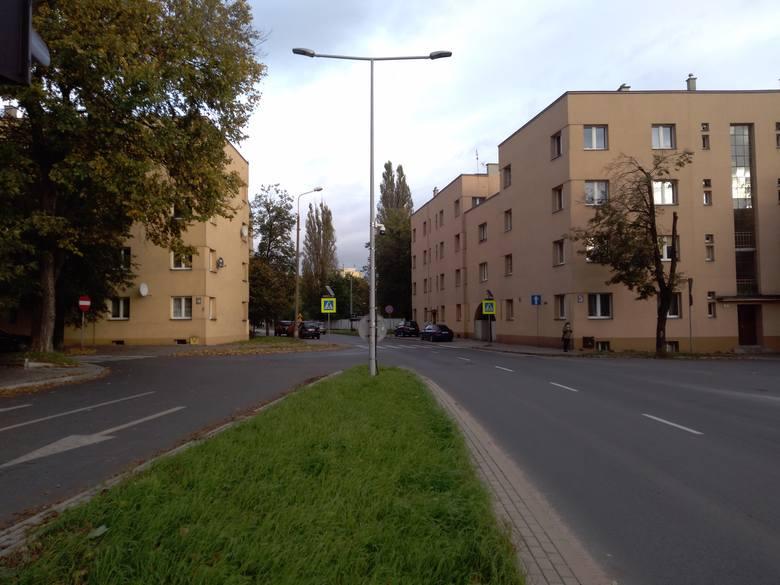 Prowadzi przez nie najkrótsza droga między blokami zbudowanymi na początku lat 30. według projektu Kazimierza Ulatowskiego