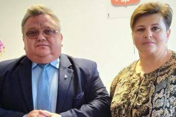 Artur Siwiorek, wójt Mirowa obok nowej skarbnik gminy.