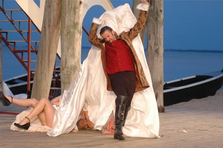 Piotr Michalski jako ideał męskiej urody i najpopularniejszy kochanek, słynny uwodzicielski Włoch Casanova, w spektaklu, który reżyserował dyrektor Teatru Miejskiego Jacek Bunsch (premiera 27 czerwca 2003 roku)
