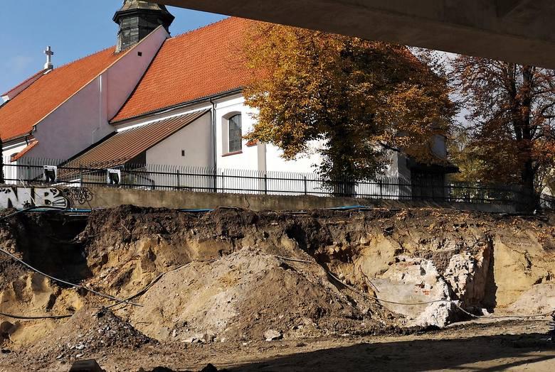 Odkryty fragment muru na wysokości kościoła św. Mikołaja