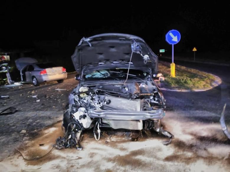 W nocy z piątku na sobotę na skrzyżowaniu drogi krajowej nr 6 z drogą wojewódzką 162 doszło do zderzenia dwóch samochodów osobowych. Choć zdarzenie wyglądało