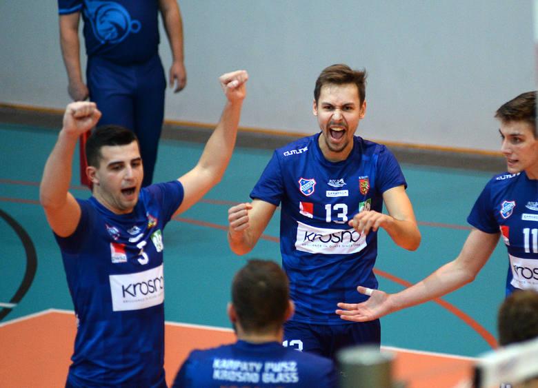 Po wielu latach drużyny MOSiR-u Jasło i Karpat Krosno ponownie spotkały się na siatkarskim boisku w meczu ligowym. Lepszy okazał się beniaminek 2 ligi