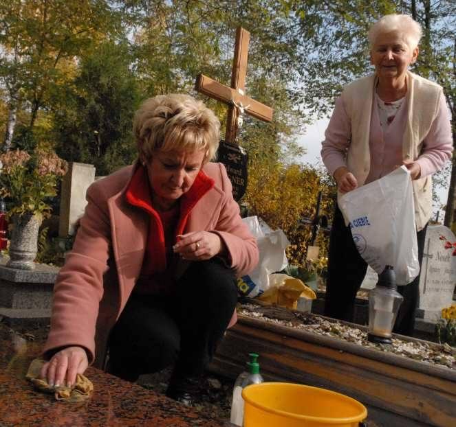 Grażyna Szulc (z lewej) i Renata Wagner porządkowały wczoraj groby swoich bliskich. Jak wielu innych zielonogórzan.