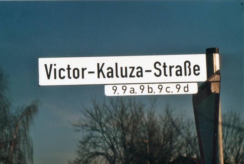 W zasług pisarza z Łowkowic bawarskie Holzkirchen nazwało jego imieniem jedną z ulic (Victor Kaluza Strasse).