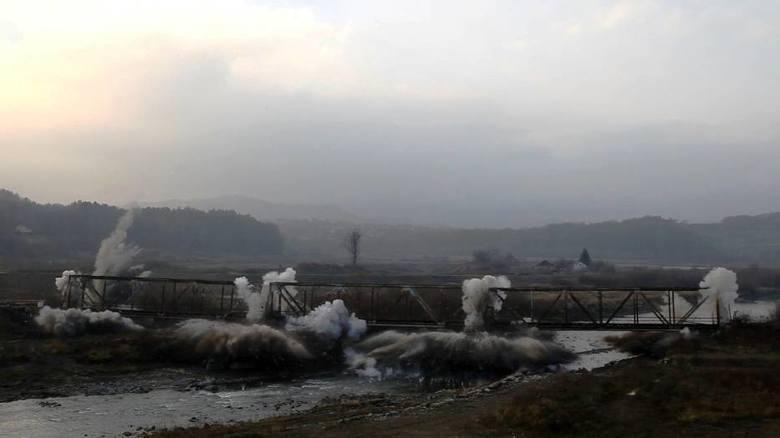 Żeby zalać wodą jezioro trzeba było wysiedlić wieś Skawce i rozebrać linię kolejową oraz wysadzić most. Oczyszczanie zbiornika z drzew, krzaków i innych